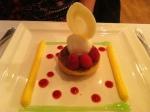 Sur un macaron, cremeux citron, framboises, sorbet limoncello